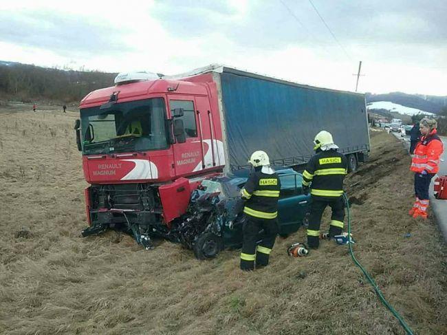 Dopravná nehoda si vyžiadala jednu obeť, na mieste zasahujú všetky záchranné zložky