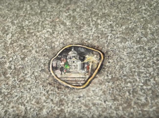 Video: Zo zvyškov žuvačiek na chodníkoch sa stávajú umelecké dielka