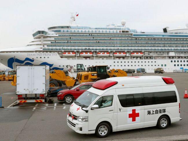Prví pasažieri vystúpili z výletnej lode umiestnenej v karanténe