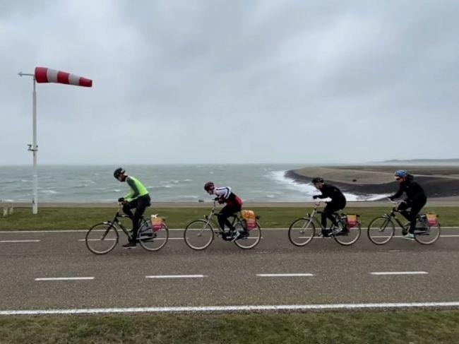 Video: Športovcov na majstrovstvách cyklistiky zasiahla búrka Sabine
