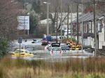 Britániu po príchode víchrice Dennis zasiahli vážne záplavy