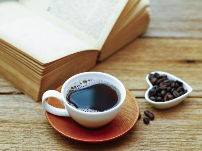 Je bezkofeínová káva zdravšia ako tradičná?