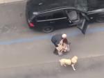Video: Žena kričala o pomoc, taxikár ju vyhodil z auta