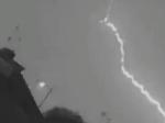 Video: Do lietadla udrel blesk, následky búrky zachytila kamera