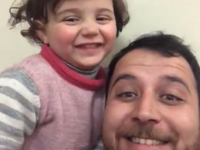 Video: Vonku padajú granáty a dievčatko sa smeje. Takto ju to otec učí