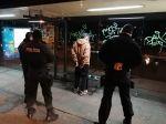 Podgurážený mladík poškodzoval zastávku MHD