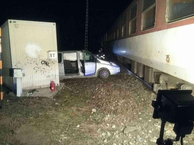 Dodávka sa zrazila s osobným vlakom, na mieste zasahovali hasiči