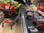 Video: Muž sa zľakol koronavírusu, jeho nákup pobavil zákazníkov supermarketu
