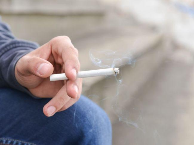Fajčiarovi na ulici môže česká polícia udeliť pokutu do 10.000 korún