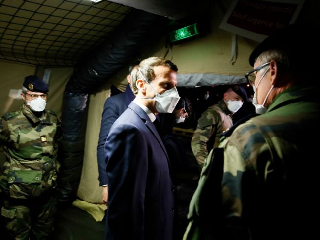 Macron vyhlásil koronavírusu vojnu, do boja zapojil armádu