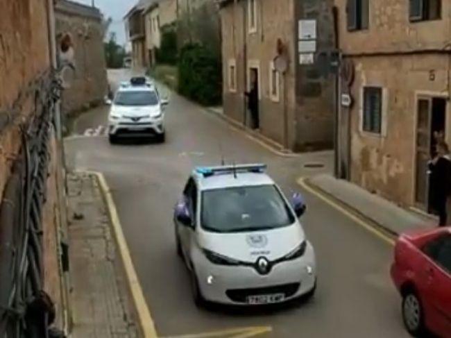 Video: Takto španielska polícia potešila občanov v karanténe