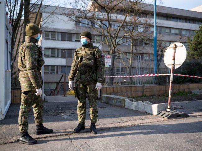 Ozbrojené sily SR nasadili ďalších vojakov do zmiešaných hliadok pred nemocnice