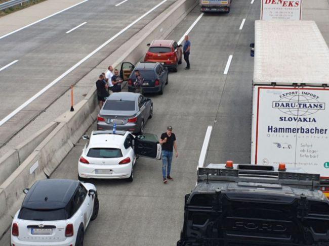 Vodiči na rakúsko-slovenských hraniciach protestovali blokádou proti karanténe