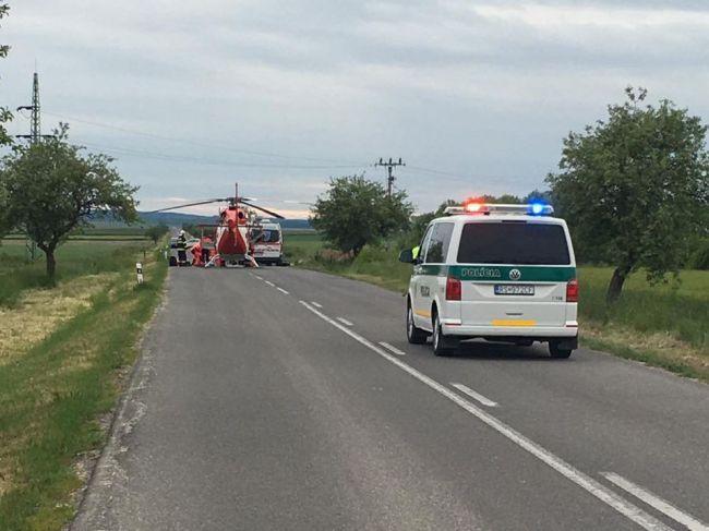Pri vážnej dopravnej nehode zasahuje aj vrtuľník