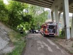 Z mosta spadlo osobné auto s dvomi pasažiermi