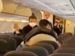 Video: Muži sa pobili v lietadle, všetko kvôli dotyku