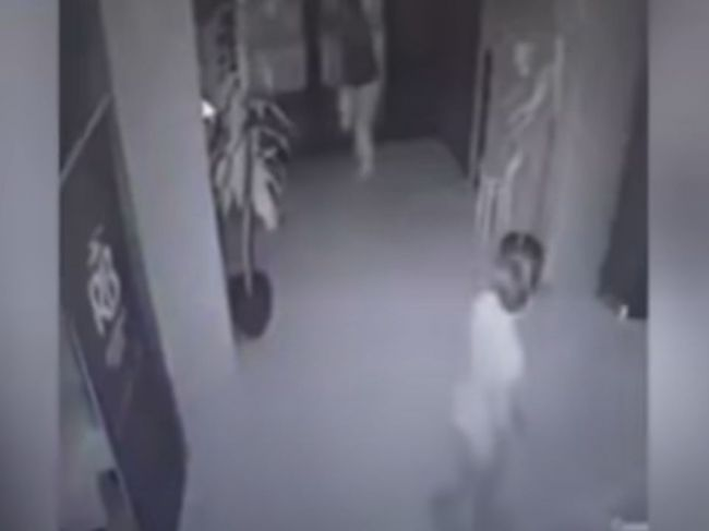 Video: Matka po hádke s priateľom hodila bábätko cez miestnosť
