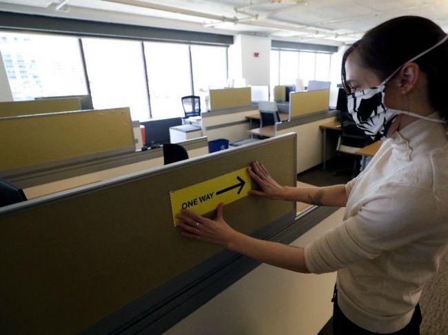 Väčšina spoločností je pri návrate do kancelárií opatrná, prijímajú opatrenia