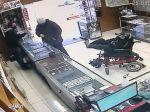 Video: Hluchonemý muž na vozíčku prepadol zlatníctvo, zbraň držal v nohách