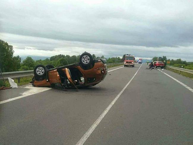Hasiči zasahujú pri nehode štyroch áut na rýchlostnej ceste R3
