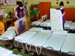 V pondelok sa deti vrátia do materských a základných škôl, avšak za prísnych opatrení