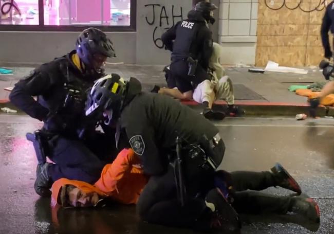 Video: Policajt sa zo zabitia Floyda nepoučil, po kriku svedkov musel zasiahnuť kolega
