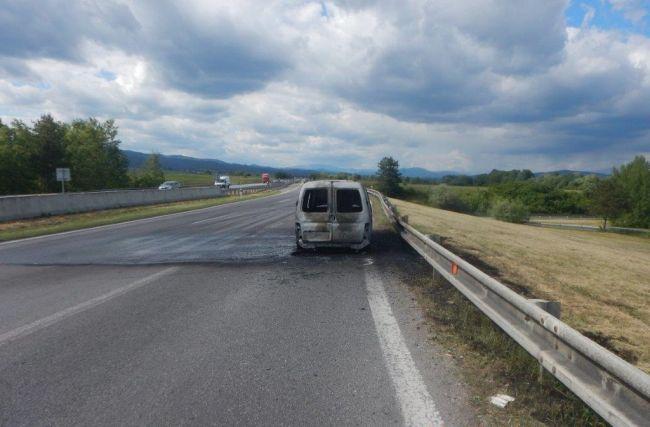 Video: Vodičovi začalo horieť vozidlo počas jazdy