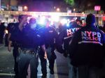 V New Yorku jedného policajta bodli do krku, ďalších dvoch postrelili