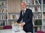 Rezort školstva poskytne školám príspevok na učebnice, potvrdil Gröhling