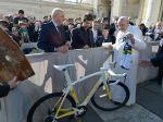 Pápež František vydraží Saganov bicykel, peniazmi pomôže nemocniciam
