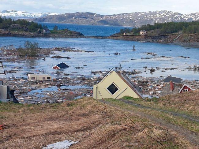 Video: Masívny zosuv pôdy strhol do mora časť nórskeho mesta