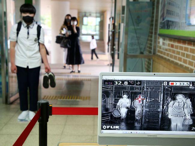 Južná Kórea stále zápasí so zhlukmi infekcií, ale čaká ju úplné otvorenie škôl