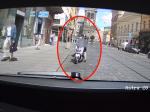 Video: Poslíček chcel zaparkovať skúter pred policajným autom,ušiel mu ako splašená kobyla
