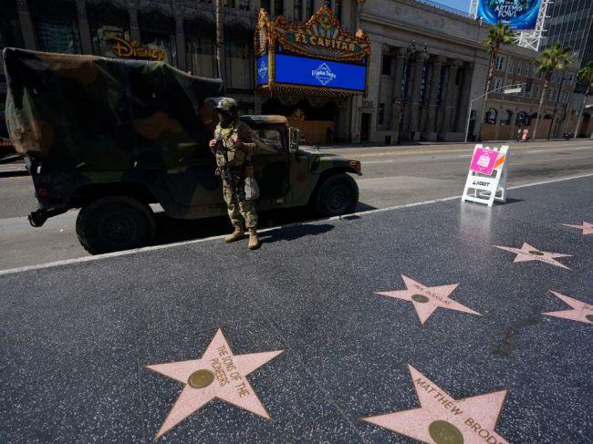 V Kalifornii sa v piatok otvoria kiná a Hollywood obnoví produkciu