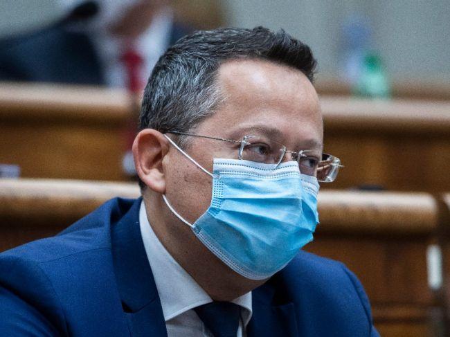 Kamenický vyčíta vláde neskoré opatrenia, Viskupič to odmieta