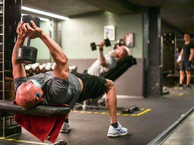 Zamestnanci vo wellness či fitnes zariadeniach musia naďalej nosiť rúško