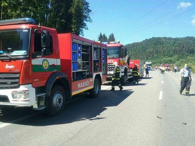 Tragická nehoda na severe: Tri autá sa zrazili s kamiónom