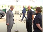 Video: Pracovník supermarketu sa rozprával s princom Charlesom, náhle odpadol