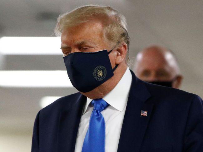 Trump vystúpil prvý raz na verejonsti v rúšku