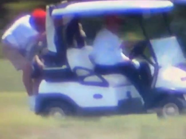 Video: Trump sa vozil na golfovom vozíku, pomocník z neho takmer vypadol