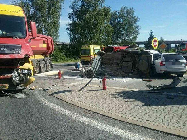 Pri nehode dvoch osobných áut s nákladiakom zahynula jedna osoba