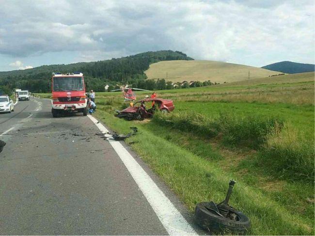 Hasiči zasahujú pri dopravnej nehode, na mieste je aj vrtuľník