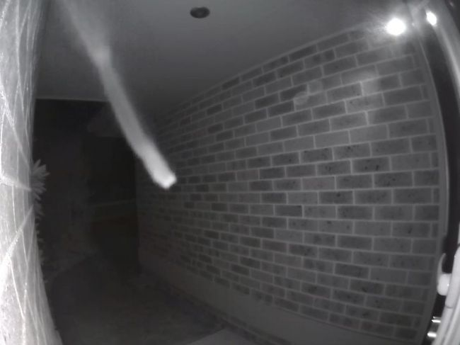 Video: Mužovi ktosi nadránom zvonil pri dverách. Takéhoto desivého hosťa nečakal