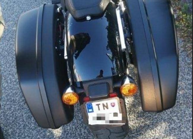 Motocyklista si dal vyrobiť vlastné evidenčné číslo, hrozí mu pokuta