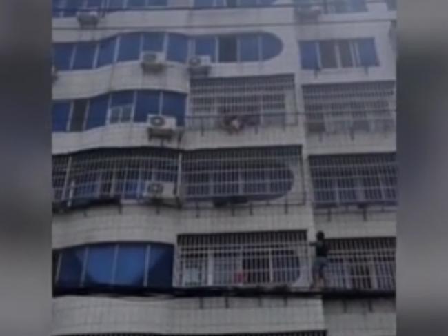 Video: Dievčatko sa hojdalo na balkóne na 5. poschodí, rodičia ho nechali samé doma