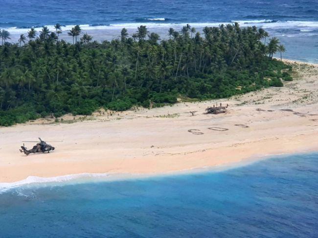 Stroskotaných námorníkov našli vďaka obrovskému nápisu SOS