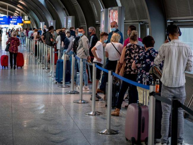 Hygienici varujú: Zvážte cestovanie do zahraničia i usporadúvanie osláv!