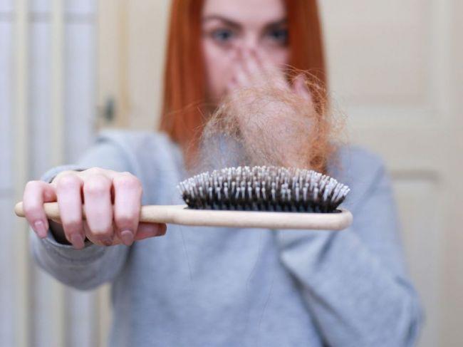 Čoraz viac pacientov po ochorení COVID-19 prichádza o vlasy