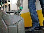 Motoristom na Slovensku zlacnelo tankovanie benzínov aj nafty