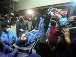 Dopravné lietadlo so 191 ľuďmi na palube skĺzlo z dráhy a rozlomilo sa